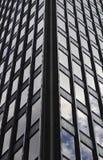 Bâtiment en verre, gratte-ciel dans le Midtown, à Manhattan avec la réflexion et le ciel bleu Image stock