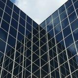 Bâtiment en verre réfléchissant de local commercial Images stock