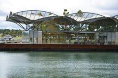 Bâtiment en verre sur l'eau Images stock