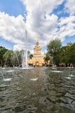 Bâtiment et fontaine d'Amirauté dans le jardin dans le saint Petersbur Photographie stock libre de droits