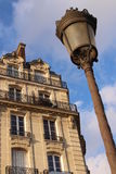 Bâtiment et lanterne à Paris Photo stock