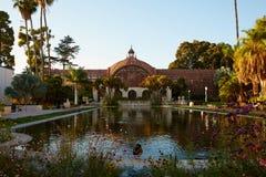 Bâtiment et Lily Pond botaniques, parc de Balboa, San Diego images stock