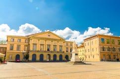 Bâtiment et monument de théâtre de Teatro del Giglio sur la place de Piazza del Giglio au centre historique de la ville médiévale image stock