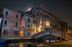 Bâtiment et pont de Venise Italie la nuit photos libres de droits