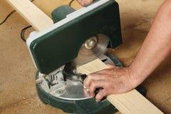 Bâtiment et réparation - le travail sur la mitre a vu Photo stock