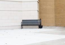 Bâtiment extérieur de banc noir vide pour des fumeurs Photos stock