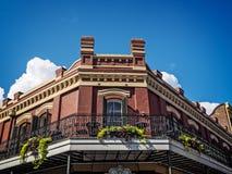 Bâtiment faisant le coin avec le balcon dans le quartier français Images libres de droits