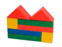 Bâtiment fait de jouet en bois de blocs D'isolement avec le chemin sur whiIsolated avec le chemin sur le blanc, jouet, enfants, b photos stock
