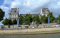Bâtiment français de style de la Néo--Renaissance, mur en pierre de passage couvert le long de rivière de Siene, Paris Image libre de droits