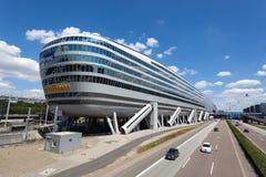 Bâtiment futuriste à l'aéroport de Francfort Photos stock