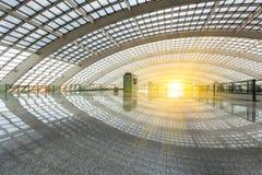 Bâtiment futuriste lumineux, éclairage naturel Photographie stock
