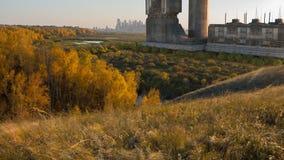 Bâtiment futuriste sur une vallée ensoleillée, paysage Future architecture ville futuriste, ville rendu 3d Images stock