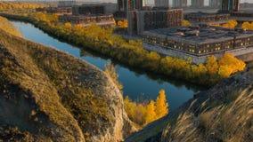 Bâtiment futuriste sur une vallée ensoleillée, paysage Future architecture ville futuriste, ville rendu 3d Image libre de droits