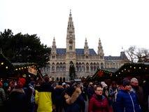 Bâtiment gothique grand d'hôtel de ville de Vienne Rathaus et de marché traditionnel de Noël photos stock