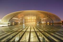 Bâtiment grand de théâtre de Pékin la nuit en Chine Photographie stock libre de droits