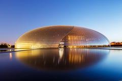 Bâtiment grand de théâtre de Pékin la nuit en Chine Image libre de droits
