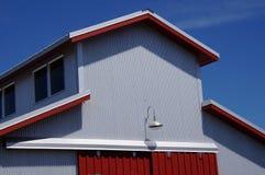 Bâtiment gris et rouge Photos libres de droits
