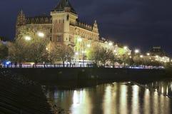 Bâtiment historique de mouvement éditorial du trafic sur la rivière Pra de Vltava Photos stock