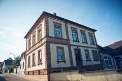 Bâtiment historique sur le coin de la rue dans Bissersheim photo stock