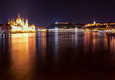 Bâtiment hongrois du Parlement comme vu de Margit Hid la nuit Photographie stock libre de droits