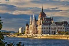 Bâtiment hongrois du Parlement de Budapest sur le Danube image stock