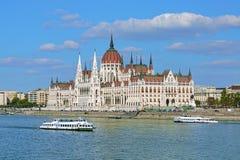 Bâtiment hongrois du Parlement et deux bateaux guidés, Budapest Images libres de droits