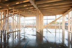 Bâtiment inachevé en bois avec le plancher humide images stock