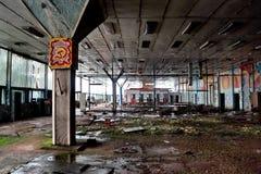 Bâtiment industriel abandonné, envahi et délabré de fait soviétique de l'électronique Image stock