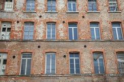 bâtiment industriel avec les briques de revêtement et les fenêtres cassées Photographie stock libre de droits
