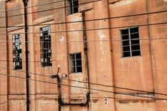 Bâtiment industriel avec les fenêtres cassées Photographie stock
