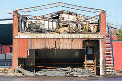 Bâtiment industriel brûlé Photos stock