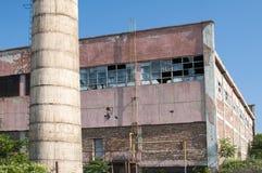 Bâtiment industriel et cheminée abandonnés Photo libre de droits