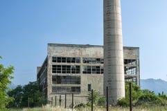 Bâtiment industriel et cheminée abandonnés Images stock