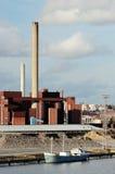 Bâtiment industriel et cheminée et bateau Photos libres de droits