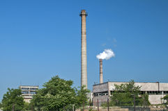 Bâtiment industriel et cheminées abandonnés Image stock