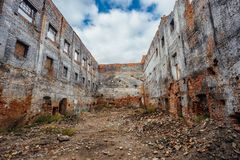 Bâtiment industriel ruiné de brique rouge image stock