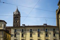 Bâtiment italien avec la crête de tour Photographie stock