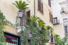 Bâtiment italien de beau vintage avec le balcon avec des paumes images stock