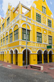 Bâtiment jaune dans Willemstad en le Curaçao photographie stock