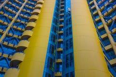 Bâtiment jaune et bleu Photos libres de droits