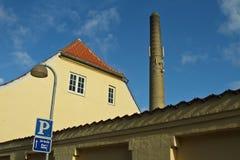 Bâtiment jaune et une grande cheminée photos libres de droits