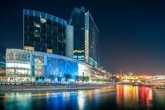 Bâtiment léger coloré la nuit en Clarke Quay, situé dans la région de rivière de Singapour Image libre de droits