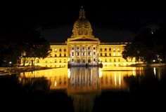 Bâtiment législatif avec la piscine se reflétante Photographie stock libre de droits