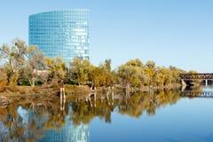 Bâtiment moderne à travers le fleuve Sacramento Images stock