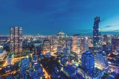 Bâtiment moderne au district des affaires de Bangkok à la ville de Bangkok avec l'horizon au crépuscule, Thaïlande image libre de droits