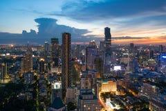 Bâtiment moderne au district des affaires de Bangkok à la ville de Bangkok avec l'horizon dans la nuit, Thaïlande photo libre de droits