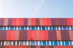 Bâtiment moderne avec des nuances du rouge Images libres de droits