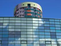 Bâtiment moderne avec des réflexions de ciel image stock