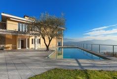 Bâtiment moderne avec la piscine photo stock