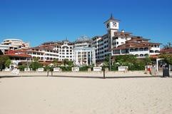 Bâtiment moderne avec la plage sur Sunny Beach Photographie stock libre de droits